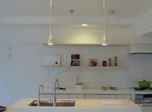 白いアイランドキッチンを中心とした夢のリビングキッチン