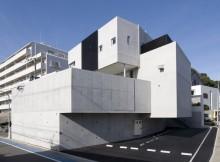 コンクリートの箱を組合わせたようなスタジオ併用住宅